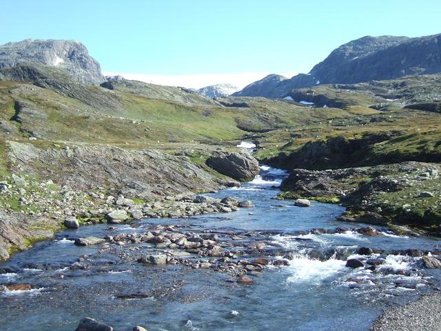 Isdølsjuvet med Hardangerjøkulens iskappe bak.